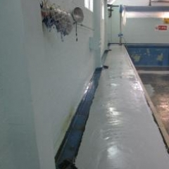 Installation of epoxy regulating layer at swimming pool